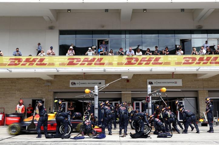 O momento em que Verstappen chega aos boxes sem ter avisado a equipe...