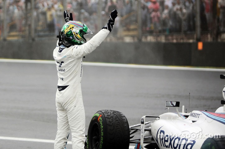 f1-brazilian-gp-2016-felipe-massa-williams-fw38-waves-to-the-crowd-after-he-crashed-out-of