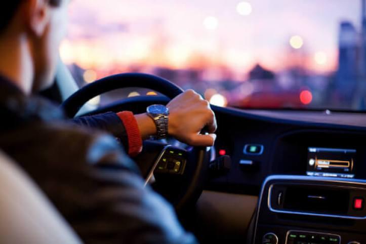ergonomia-ao-volante-do-motorista-postura-correta-para-dirigir