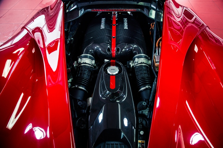 2014-ferrari-laferrari-engine-above